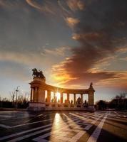 Piazza degli Eroi con monumento commemorativo a Budapest, Ungheria