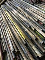 vecchi tubi arrugginiti per impalcatura di costruzione