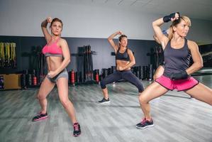 persone che allenano la boxe in un centro fitness foto