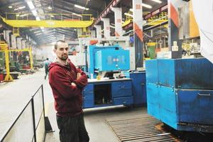 lavoratori dell'industria persone in fabbrica foto