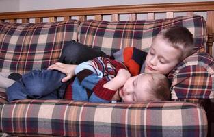 fratelli che fanno un sonnellino foto
