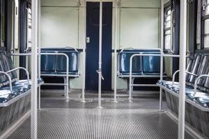 interno di un vagone della metropolitana vuoto foto