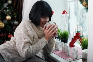 bruna con la tazza in mano foto