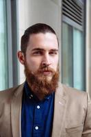 hipster con la barba che indossa camicia in città foto