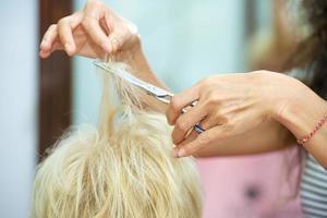 il parrucchiere domestico taglia i capelli foto