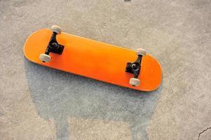 tavola da surf sul pavimento foto
