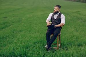 uomo barbuto solitario
