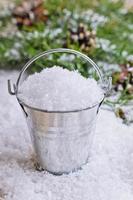 secchio con neve foto