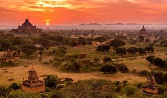 gli antichi templi buddisti di Bagan all'alba, myanmar (birmania)