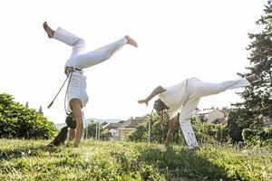 coppia di capoeira di acrobazie fantastiche all'aperto foto