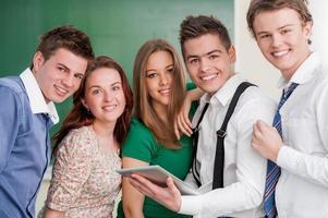 studenti che guardano un tablet foto