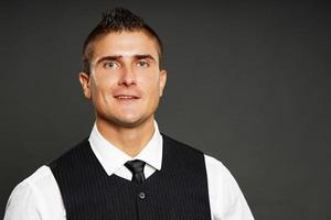 uomo sorridente in maglia nera foto