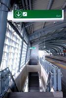segnale di uscita alla stazione della metropolitana foto