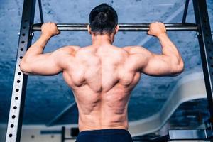vista posteriore ritratto di un uomo muscoloso, tirando su foto