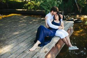 uomo e donna al lago foto