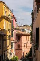 strada accogliente nel quartiere trastevere di roma, italia foto