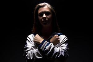 ragazza adolescente con le braccia incrociate sul petto foto