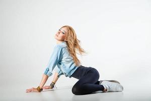 posa moderna del ballerino di stile. danza del bottino. foto