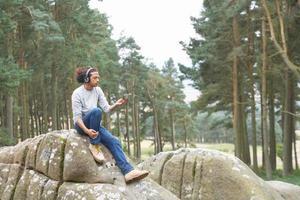 uomo che ascolta il lettore mp3 durante le escursioni foto