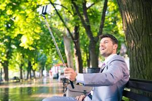 uomo d'affari che fa la foto del selfie sullo smartphone