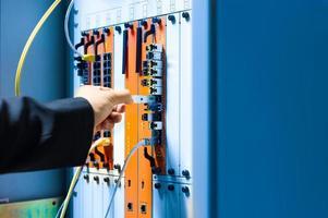 le persone riparano il core switch nella stanza di rete foto