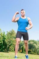 sportivo muscoloso durante l'allenamento foto
