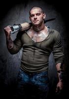 muscoloso uomo tatuato con martello pneumatico foto