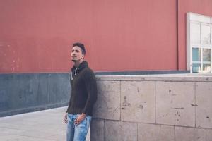 giovane che propone in un contesto urbano foto