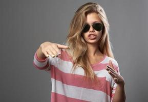ragazza facendo gesti con le mani come rap foto