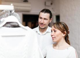 donna e uomo alla boutique foto