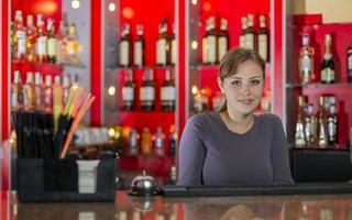 ragazza barista dietro il bancone foto