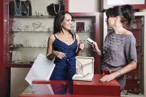 donna che fa shopping al negozio foto