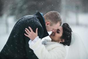sposi camminando sulla città nella neve foto