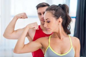 donna sportiva atletica attiva ragazza e uomo che mostrano i loro muscoli foto