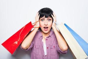 giovane donna bruna con borse della spesa foto