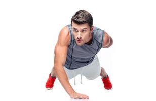 uomo bello fitness facendo push up foto