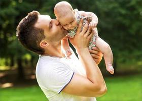papà e figlia neonata che giocano nel parco in amore