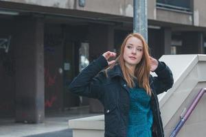 bella ragazza in posa per le strade della città foto