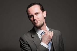 capelli lunghi uomo d'affari che indossa abito grigio. foto