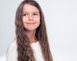 ritratto di una bambina pensierosa guardando in alto foto