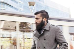 Ritratto di giovane uomo d'affari hipsters intorno a una città moderna