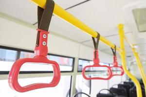 maniglie per passeggeri in piedi foto