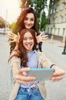 sorelle che fanno selfie foto