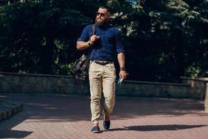 uomo barbuto viaggia con mappa foto