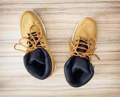 nuove scarpe tessili adolescenti gialle, vista dall'alto foto