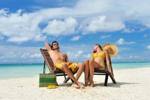coppia su una spiaggia