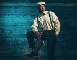 musicista jazz afroamericano con sassofono.