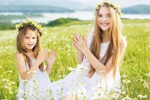 ragazze di due amici a prato di camomille