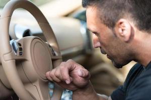 uomo alla guida di un'auto foto