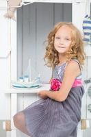 adorabile bambina nella sua stanza foto
